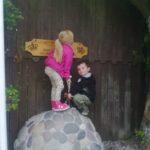 Børn trækker sværd op af sten